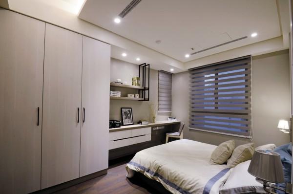 次卧室之二床尾贴心安排阅读区,精美的铁件吊柜与檯面、悬浮式拉抽、衣物柜一气嗬成。