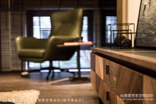 特别为屋主夫妻订制的柜体,以不同的木质深浅与纹路,铺述出丰富且多元的样貌。