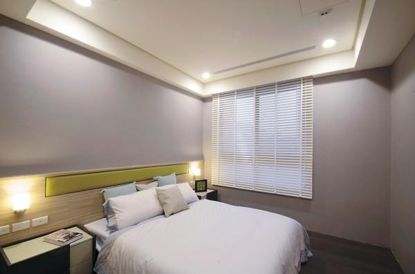 次卧室之一于床头木质腰板上缘,嵌入一抹皮革的苹果绿,透露活泼的设计手法与跳色技巧。