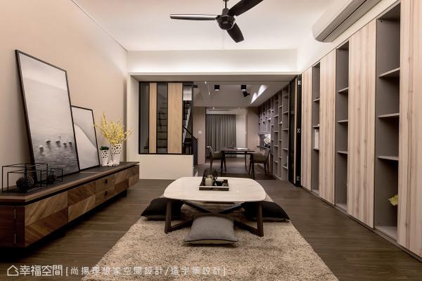 位于二楼、架高地坪的多功能室,拥有「虚」、「实」相间的柜体,让收纳与展示也是设计的一部分。