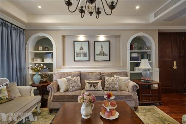 沙发背景圆拱储物展示柜的墨绿底色和电视背景壁炉的墨绿底色、过道展示柜墨绿底色是同一个