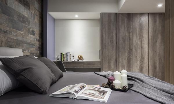 书桌旁的墙面跳以灰紫色调,让空间增添浪漫情怀。