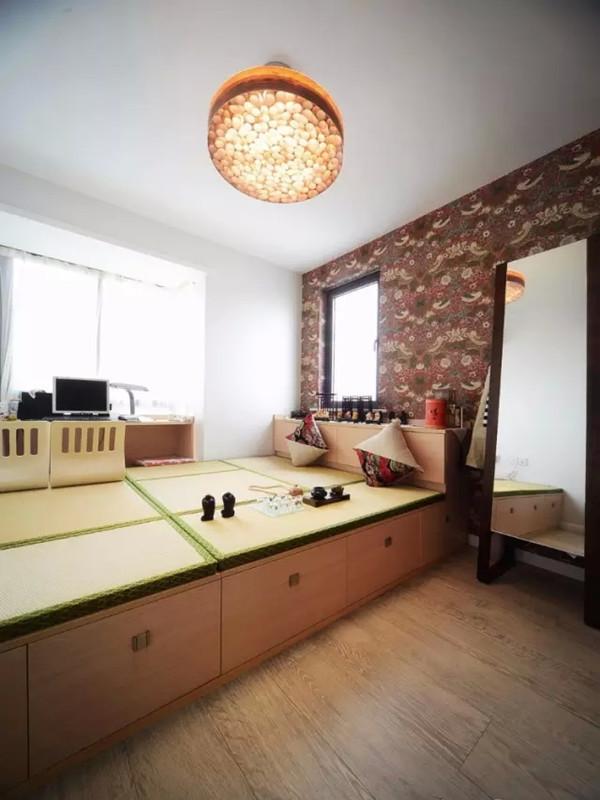 次卧榻榻米空间设计,兼顾收纳作用,多功能。