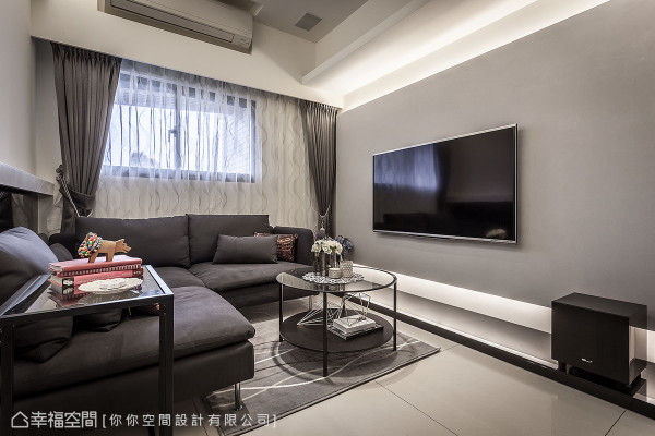 电视墙面饰以原始触感的马来漆,摆脱石材的沉重感;墙体上下则利用间接照明,巧妙修饰天花大梁。