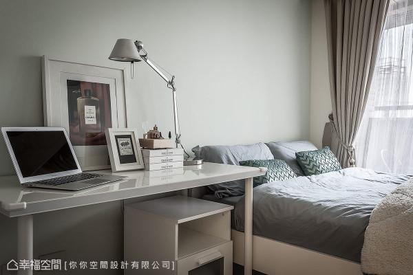 带点绿色系的墙面铺陈整体风格,桌面饰以时尚画作,静谧氛围植入优雅意象。