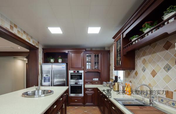 美式厨房需要配置高效、整洁的橱柜,在保持整体自然的前提下更加符合多功能、快节奏的现代生活需求,在使用材料上,原木+天然石材提升了整个空间的舒适度,让设计更贴近生活。