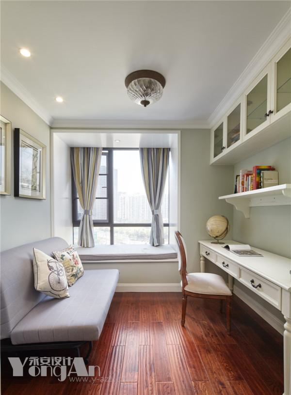 书桌有1.8米宽,同时坐两个人都很宽敞,可以给兄弟俩一个共同学习读书的空间