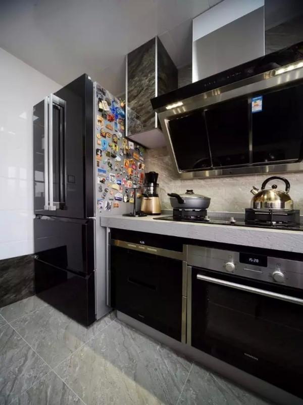 同样黑白色的厨房,所有嵌入式电器全部选用黑色面板。