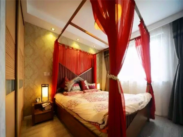 主卧运用了东南亚风格的床和床幔,一种异域风情。
