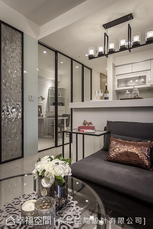你你空间设计利用玻璃质材的穿透性,打造隔间功能与家具造型,让坪数不大的空间达到放大之效。