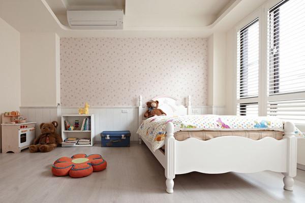 粉红色彩与白色腰板铺叙的女孩房中,天花缀以造型花朵呼应整体氛围,另在卫浴前规划更衣段落,让女孩的大量衣饰有充足收纳空间。 引用到回复收集喜欢