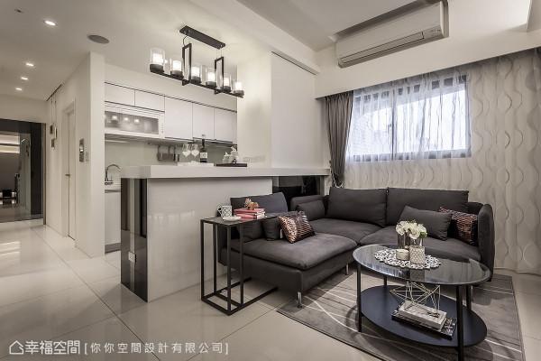 客、餐厅间无刻意以隔间墙划分界线,仅利用中岛高度及相融的质材特性,创造协调的室内风格。