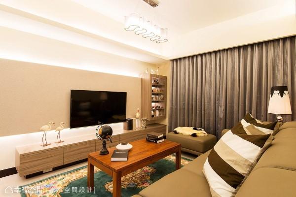 藉由间接光源来带动视觉向上延伸,电视墙侧的展示柜也特意不置顶,藉此避免空间产生压迫感。
