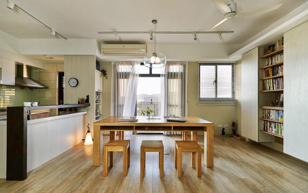 贯连的动线通透无碍,选购一张2米4的松木餐桌,满足全家人围炉与团聚的空间。