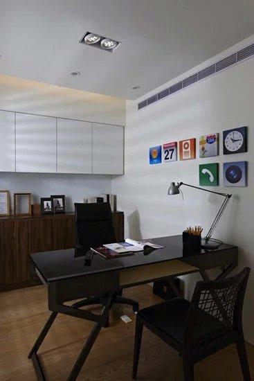 书房藉由精心挑选的个性家具,重新设定空间风格焦点重心。