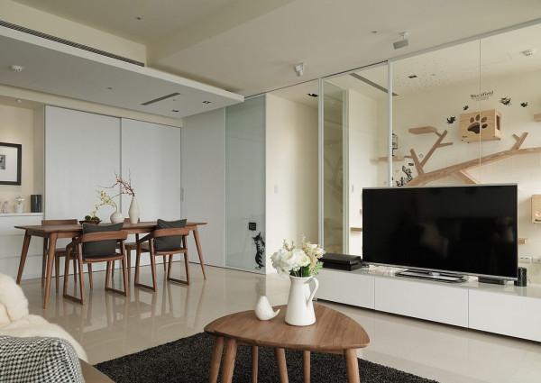柚木餐桌椅在白色净莹中跳出视觉亮点,隐去两旁厨房与客卫浴的门片动线