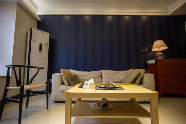 充满现代慵懒感觉得双人沙发,下班休息之余,看看电视。