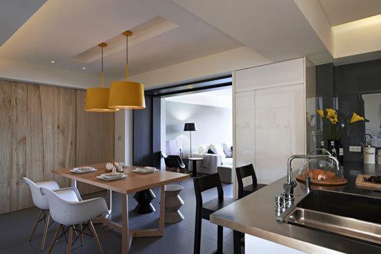 作为餐厅与厨房中介延伸,吧台以不锈钢台面的利落呈现,不论是备餐或者是轻食都能洽得其所。