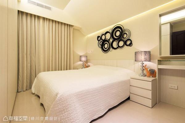 床头墙面漆以雾乡色调,营造休闲放松的温馨气息,并点缀普普风格趣味装饰,让立面表情更显活泼。