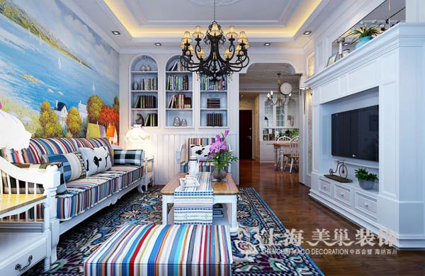 盛润锦绣城90平三室两厅装修田园效果图案例——客厅全景,有点偏地中海风格,颜色色彩鲜艳,看起来更加活泼,餐厅及卧室墙面以小碎花壁纸为主,看起来更加清新