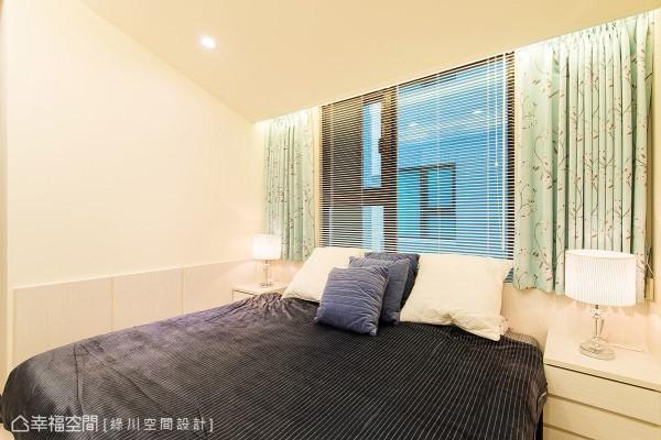 沿着墙面规划半高腰板,除了作为风格营造之外,也藉此将床头与窗户做出区隔,并搭配窗帘软件来化解风水问题。