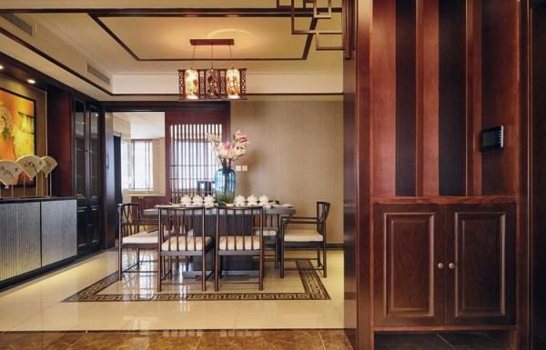 餐厅以线条设计为主,配以木材和石材装饰,突显稳重大气,顶子摒弃了繁杂的造型,用线条做装饰,叠出层次,在闹市中得一高雅悠静的居所。