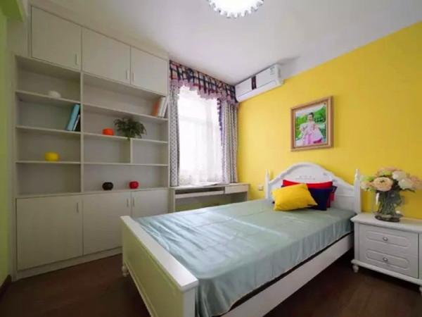 儿童房床头采用明黄色,靠窗定制书桌和书柜完整的利用空间。