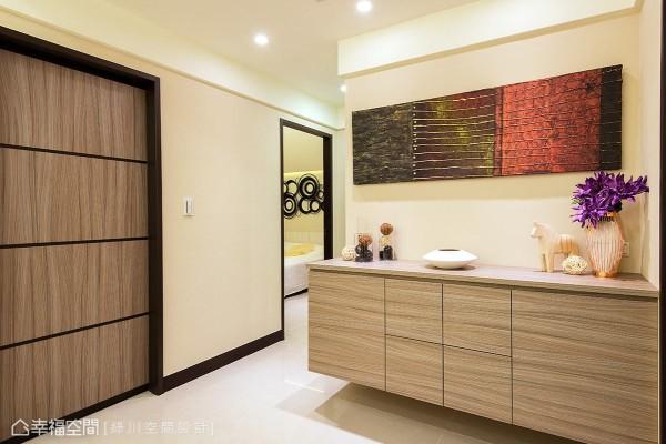 木质柜体上摆放风格对象,搭配壁面上的艺术装饰,创造一处别具质感的空间段落。