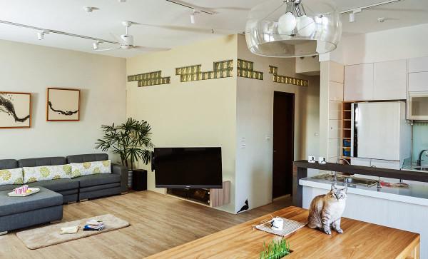 自然光线俨然成为空间主角,洒落在温润的质材之上,散发出一股温暖鲜明的气息;并能藉由墙面上的玻璃砖,将阳光引援入内。
