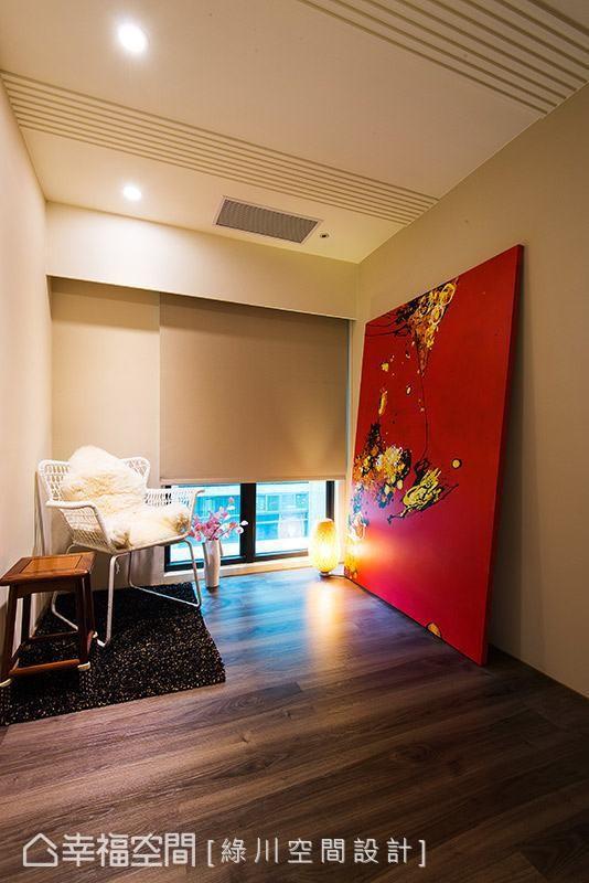 天花板以实木板喷漆做造型变化,增添场域的视觉层次。