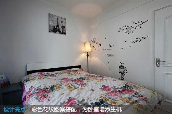 与其他空间较为不同的是,这间卧室的床铺采用了彩色的花纹图案,给卧室添加了生机哦。