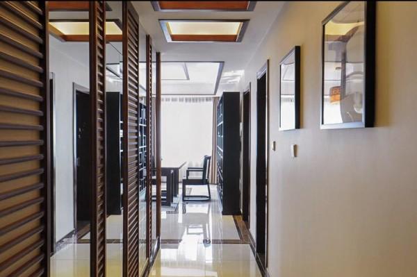 走廊的空间用了花格与镜面的间隔设计,扩大了空间又隐藏了配电箱,让原本很暗很长的走廊丰富了起来,通过走廊还总有驻足的感觉。