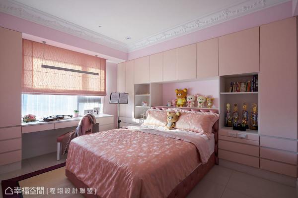 粉色调的女孩房呈现与小主人相似的柔美气质,另在床头安排大容量收纳柜体,因应多元化的储物展示需求。