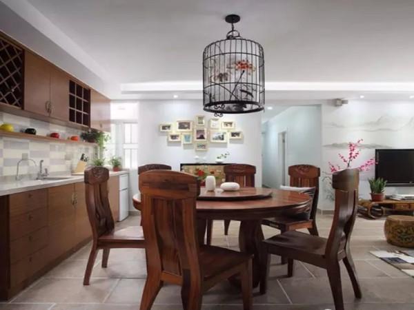 纯实木的餐桌椅给空间增添了厚重感。