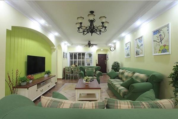 客厅墙面布上浅豆绿艺术硅藻泥,不仅愉悦了双眼,更清新了室内空气。军绿色布沙发与大盆绿植色度相近,无形中延伸了绿植装饰效果,使客厅有一种盛夏雨林之感,处处张扬着生命活力,十分符合年轻一族的精神面貌