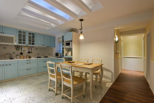 格栅造型的餐厅天花,营造出天井般的户外感,更与复古的地砖呼应
