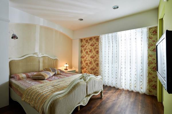 床头以线板修饰上方的樑柱,窗边则运用玫瑰图腾小碎花,来增添浪漫的情调