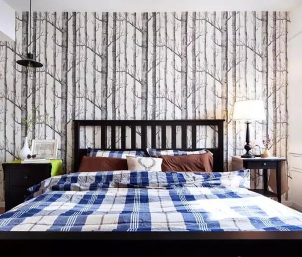 主卧用白桦林图案的壁纸,和公共区的自然主题契合。