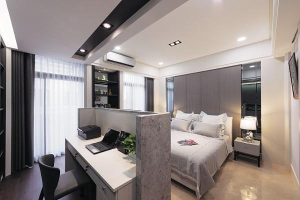 在床头刻意选择金属家具搭配镀钛的边条装饰来呈现设计感。