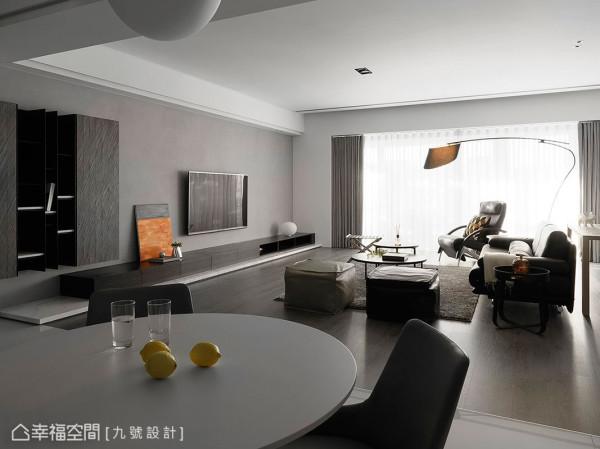 藉由落地窗引入的自然光源,串联开放场域,创造更宽敞大器的空间感。