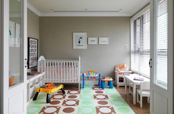 原先设定的书房空间,目前作为小朋友的游戏室,购置活动式的家具与摆饰,预留未来的空间使用。
