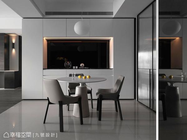 掌握适切的线条比例,并以黑白对比的柜面设计,反映收纳与展示机能的个别所在。