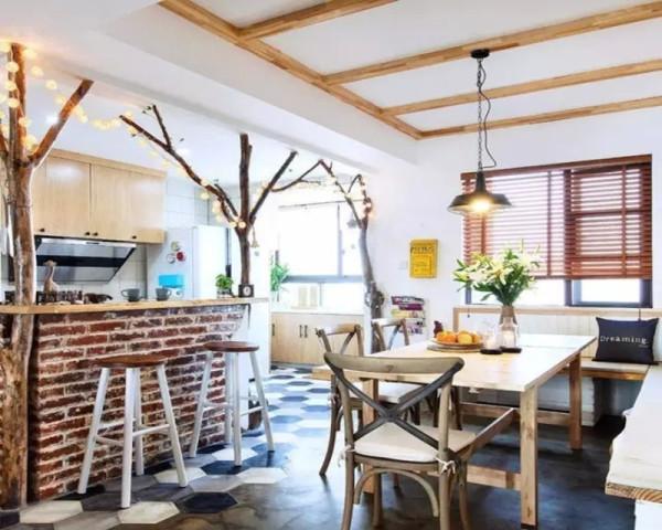 开放式的餐厅和厨房、吧台设计,做旧的文化砖、用整棵小树加上小串灯实在别具一格独一无二。