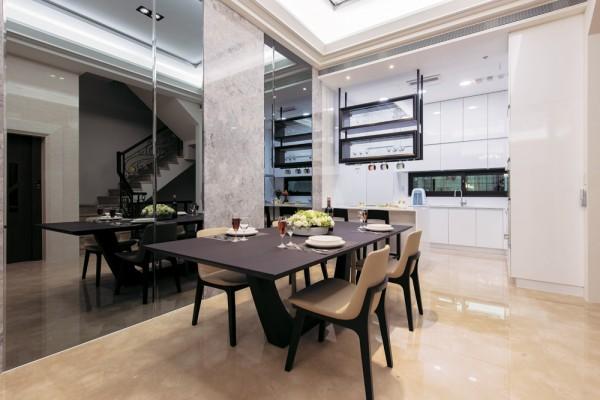 以长桌取代圆桌,并以大理石搭配镜面做拼贴,设计出大器、华美的造型墙,同时也放宽空间感。