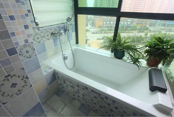 主卧设一个独立卫浴间,以统一的格纹瓷砖饰面,条理分明。粉紫、鹅黄、天蓝色齐上阵,让最容易被忽略的卫浴空间也满溢着春天的感觉,体现出了女性设计师特有的细腻