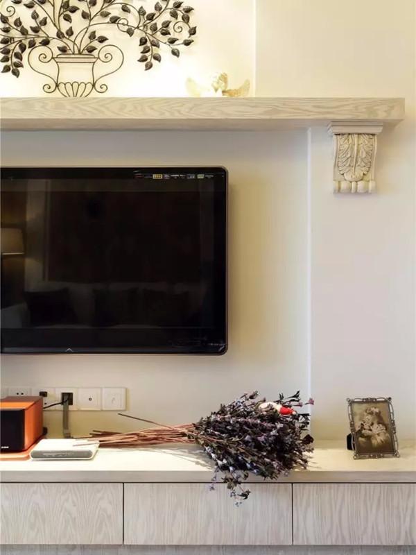 电视背景搁板和铁艺装饰,在灯光下显着艺术气。