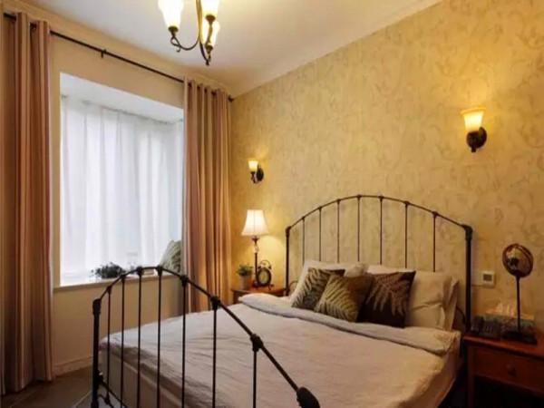 卧室的用了美式铁艺床。