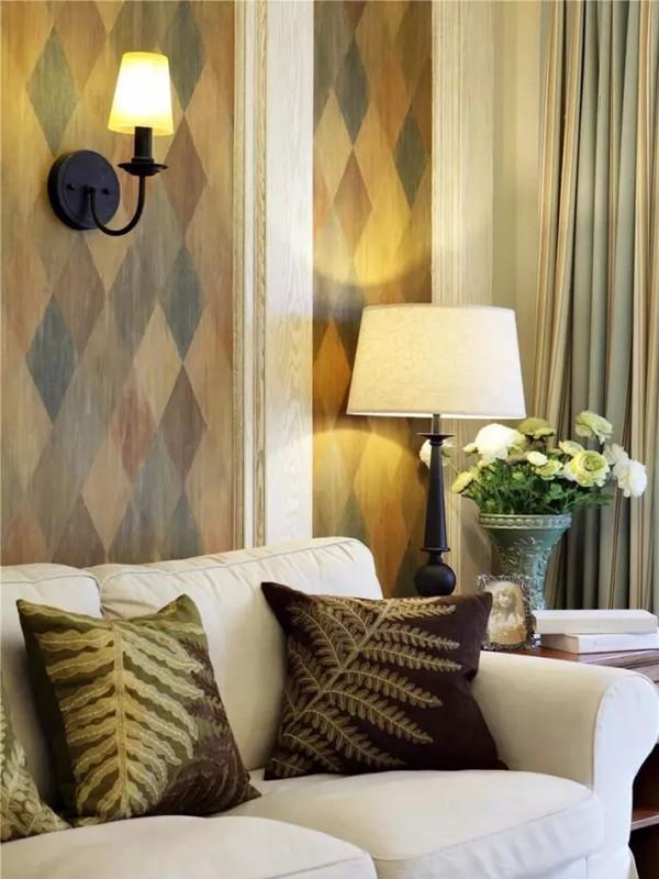 客厅的美式不易沙发舒适柔软,整体配色清新淡雅。