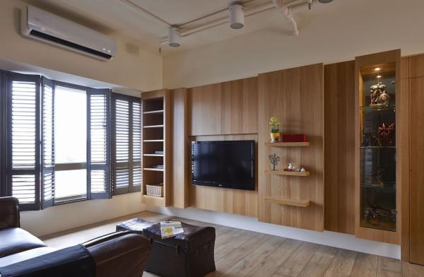 承载足量收纳功能的电视主墙面,是屋主的指定款设计,透过同质建材设计延伸,收起主卧及多工收纳动线