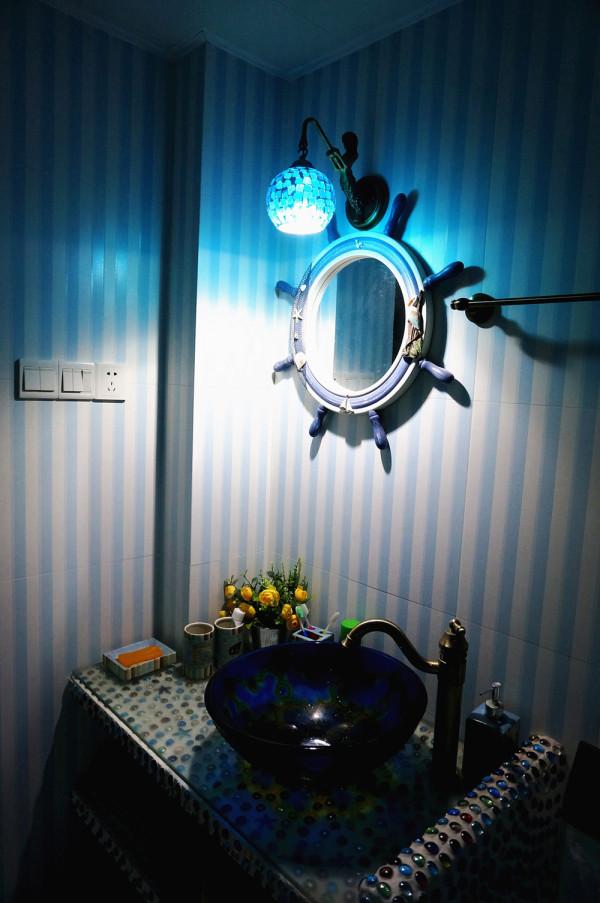 主卫由于两个卫生间的洗手台前期硬装时都镶入的玻璃球,业主担心不好搞卫生,因此我们建议在上面加了一块钢化琉璃 封好边。(PS:卫生间照片是后期晚上业主补拍,效果略欠佳,实际蓝色氛围没这么重